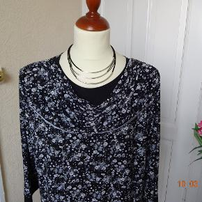 """Så flot en bluse med lidt fald ved halsen sælges  *Ny* Størrelse: XXL = 126 brm- Farve: Sort/hvid/ grå Oprindelig købspris: 599 kr.   ................BYTTER IKKE  Der står ikke noget mærke i blusen, men den er købt i en """"Brandtex butik""""    Brystmål: 63x2 Længde: 77 Materiale: 100 % Wiskoza .  Sælges for 100 kr + porto"""