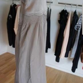 Fin nederdel fraDay Birger et Mikkelse. Kan faktisk bruges som en tubekjole, hvis man vil, Men er købt som en nederdel. ganske alm. str. 36 Den er brugt 5 gange købt i Magasin sidste år.