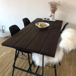 Super flot og vedligeholdt plankebord.  Cirka mål 160*78cm