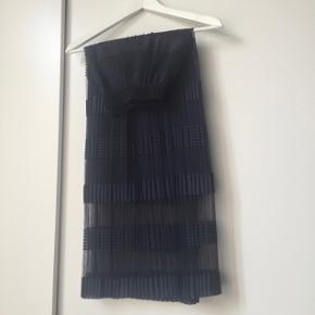 Sælger denne smukke nederdel fra Selected Femme. Str. 38. Kun brugt en gang til en begravelse i få timer, og standen er derfor som ny.   Billederne i collagen er lånt fra bloggen rockpaperdresses :-) Jeg sælger også strikken på billedet.