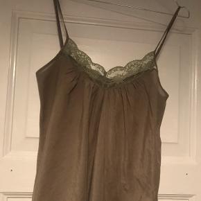 Super fin armygrøn top med blondekant fra Custommade. Lavet af 68% bomuld og 32% silke.