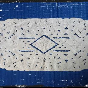 Vintage lysedug. Måler 69 x 31 cm. Broderet I rhombe og slyng mønster. Hulsting og fladsting. #secondchancesummer