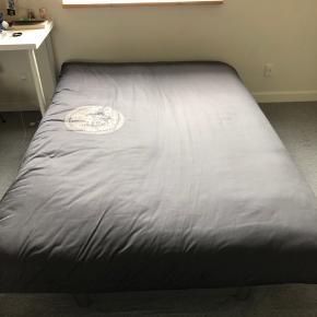 Fin halvanden mand seng, brugt men ingen tegn på det. Den er 2 m x 1.20 m. BYD gerne😊