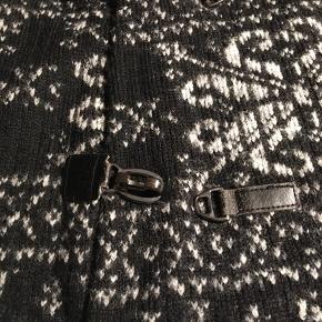 Flot, varmt vest / sweater / trøje med hætte fra Zara str. L Brugt får gange.   Hvis du er interreseret sender jeg gerne nøjagtige mål og flere fotos.  Oprydningssalg, tages ikke retur, pris plus fragt. Mængderabat gives, se også mine sko, tasker og tøjtilbud 😊