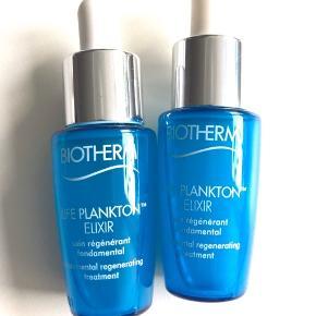 """Biotherm """"Life Plankton Elixirer"""" er en serum til alle hudtyper og aldre; og første trin til en smuk hud. Allerede efter 8 dage opleves hudens kvalitet synligt forbedret og styrket.   Med tiden synes huden mere fast, ensartet, fine linjer mindskes og huden efterlades blød, smidig og fugtet med fornyet glød. Et sandt hudpleje mirakel 💆🏼♀️✨  Indeholder 5% Life Plankton(TH) - Biotherms signatur ingrediens, som er kendt for dets regenerende egenskaber.   Life Plankton Elixir bruges som serum morgen og aften under din creme. Life Plankton Elixir påføres nemt ved brug af medfølgende pipette.""""   BEMÆRK: Produktet indeholder 7 ml.  2x (travelsize)"""