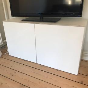 Kommode/skænk fra IKEA. 2 år gammel. Glasplade liggende øverst, men kan tages af hvis ønskes.  H: 66 D: 41 L: 120