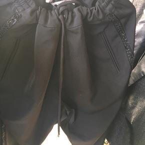 Sort blazer bukser med sorte perler i siderne og snøre Modellen er lidt bred