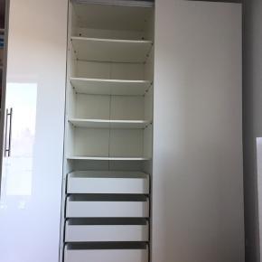 IKEA Pax skab 150x235x60 cm bestående af to 75 cm brede skabe. Skydelåger.  (Skabet til højre. Sælger også skabet til venstre som er 100x235x60, med låger. 1500,-)  Medfølgende skabsindretning:  - 6 hylder - 4 skuffer - 2 bøjlestænger  Skabet har en skade i bunden men er ellers i fin stand. Ikke noget vi har døjet med i dagligt brug.  Vi kan enten hjælpes at med at skille det ad eller vi kan gøre det på forhånd efter aftale og mod forudbetaling af en del af beløbet.