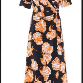 Helt vildt flot kjole fra Ganni i str. 36.  Den er desværre lidt for lille til mig, da kjolen er lidt lille i størrelsen. Fitter nærmere en 34 🌻☺️ Sælges eller byttes til kjole i samme model i str. 38 🌸