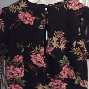 Vintage-inspireret kjole med blomsterprint fra Rude i str 8. Perfekt stand🌼