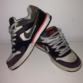 Varetype: Sneakers (udgået model) Farve: Se billede Oprindelig købspris: 1200 kr.  Super fede Nik sneakers, der ikke kan købes mere. Købt i England.  De er stort set ikke brugt, men har fået lidt skidt/støv på snuden af den ene (se billeder). Kan sikkert vaskes af?  Røgfrit hjem.   Forsendelse er med DAO.   Sælger ud af mit tøj da jeg er alt for god til at købe og købe og så ligger det bare og samler støv i skabet. Det meste er brugt en enkelt eller to gange eller også er det helt nyt.  Husk at tjekke mine andre annoncer med tøj i store størrelser! :) Giver gerne rabat ved køb af mere!