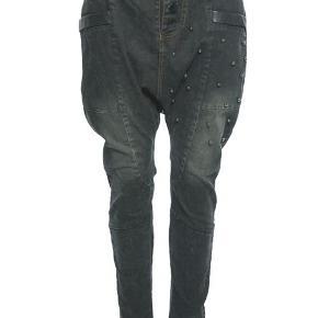 Fede bukser med læder i taljen og ved lommerne samt nitter på låret. Aldrig brugt.  Giv et bud