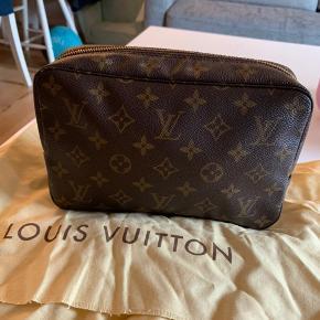 Sælger den her Vintage Louis Vuitton Monogram Trousse Toilette 23 Toiletries Pouch. Der er ikke noget slidt eller rævene på Pouch har passe rigtig godt på den.