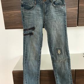 Nye Tommy Hilfiger jeans str. 8 år Kan justeres i livet  Prisen er excl. porto Bemærk, mine priser er faste. Handler gerne mobilepay på 26810990