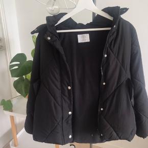 Sælger denne Zara Dunjakke, da jeg aldrig får den brugt. Den er størrelse 13-14/164, men jeg vil sige. At den passer en str xs-s Den er i perfekt stand. Sælges for 110kr ekskl fragt med dao
