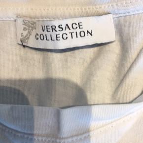 Versace t-shirt hvid m/motiv i siden str xs Har flere små huller rundt omkring men som er syet  Sælges til højeste bud