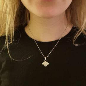 Ægte sølv (950) og sten fra Peru. Brugt 2 gange. Grundet materialet kan perlefarven godt se lidt forskellig ud i forskellige lys. Kan sælges som sæt eller hver for sig.