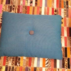 Velholdt Hay pude i turkis med 2 forskellige knapper. Fejler intet. Afhentes i Hinnerup eller Åbyhøj efter aftale.  Hallingdal 65 uld betræk.