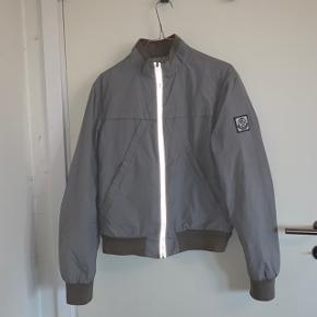 Moncler jakke grå str 2 = svarer til small-medium ca intet OG COND 6-7  Hurtig handel søges 💪🏽