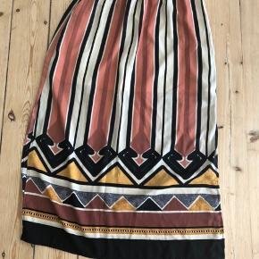 Fin nederdel i xs/s med slidser i siderne