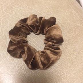 Stor scrunchie i velour  Alle varer under 500 kr.: køb 3 og få den billigste gratis! ✨  Scrungie // 90'er // accessories