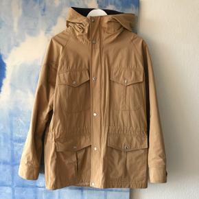 Super sej 'Reid' jakke fra Soulland fra for et par sæsoner siden.Perfekt efterårsjakke, som er vind og regntæt og har dejlig stor hætte og lynlås  Alm herrestr M, svarer til måske Xl til kvinder. Vil mene den er meget unisex   Brugt to-tre gange, fremstår som ny  Nypris 2599,- Sælges til 500,-  Bytter ikke Sender ikke  Mødes gerne i KBH K, Vesterbro eller Nørrebro