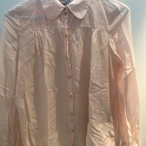 Smuk skjorte fra Baum & Pferdgarten i silke/bomuld