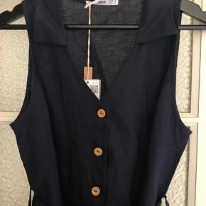 Helt ny kjole fra Mango str. M. Sælges da den ikke bliver brugt 👗 Kan justeres i taljen med bindebånd.   Sender med DAO - køber betaler fragt 📦