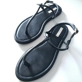 Super lækre læder sandaler fra H&M premium i str. 40. Ingen fejl og mangler. Er blevet brugt en enkelt gang.
