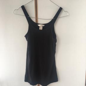 Fin sort top fra H&M i lækkert blødt stof. Sælges billigt