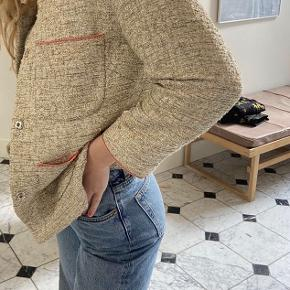 Det er en boucle jakke fra Julie Fagerholdt da ejede mærket.   Prisen kan forhandles