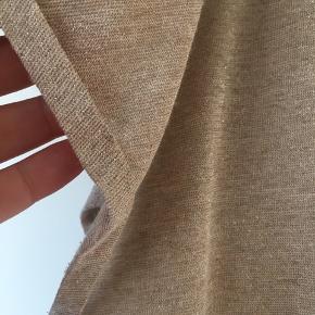 Ny fin Mosh Mos Tshirt i let gylden strik.  Let og fin materiale.  Kun prøvet på. Ikke brugt.  Sød detalje ved ærmerne med lille ombuk.   Brystmål 2x58 vm