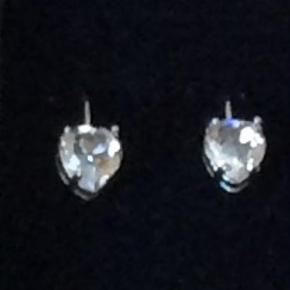 Brand: Zirkon Varetype: Øreringe Størrelse: - Farve: Sølv   Yndige hjerte øreringe med flotte Zirkone sten.  Bytter desværre ik.