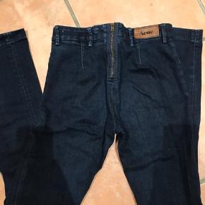 Acne jeans i str. 27/32 med lynlås bag på. Virkeligt flot farve