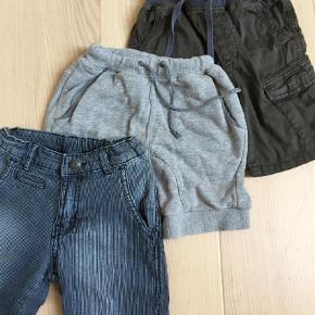Varetype: Shorts Farve: Ukendt  3 par fine shorts. De blå er næste aldrig brugt. De andre brugt lidt mere, men stadig vi rigtig fin stand.  Der er et lille bitte hul på de grå ved baglommen.  Se billede ellers er der ingen fejl.