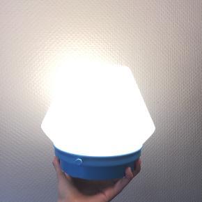 Glaslampe med lyseblå fod