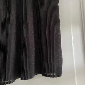 Sort nederdel med elastik i taljen. Sælges da jeg aldrig har fået den brugt.