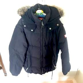 Sort vinterjakke til drenge. Pelsen på hætten kan knappes af. I fin stand. Kan afhentes i Sundby eller sendes for 50 kr. i porto.