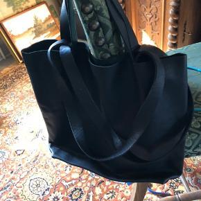 Dejlig shoppernet i læder. Med to hankelængder som er en super god ting.  Bredden 31 cm og højde 39 cm og dybten er 11 cm.  Sælges kun fordi jeg har to af dem.