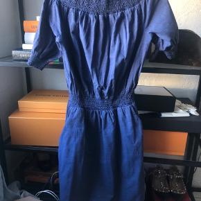 Gestuz cowboy kjole  / denim kjole med off shoulder. Str 34, passer xs/s Brugt få gange