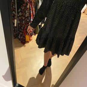Sort kjole med guld prikker fra Pieces 🎈