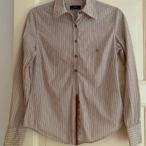 Rigtig flot skjorte med fin detalje ved knapperne. Fremstår i rigtig fin stand.