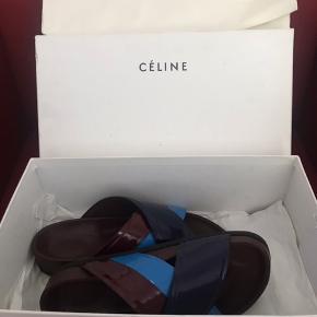 Superfede slip on's fra Celine Paris i flot blå og brun farve med sort sål. Har kun været på en gang, og fremstår som nye! Str.36, men passes også af str.37😊. Incl. æske, dustbag og autencitetskort.