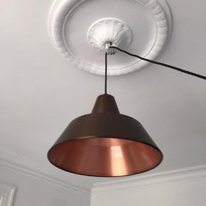 Jeg sælger denne Made by Hand værkstedlampe model W3 Weathered Copper. Lampen er næsten ikke brugt og fremstår derfor som ny. Den er købt i Magasin d. 25/9-2018 - kvittering medfølger. Ledning er 3 meter. Højde 24 cm, diameter 35cm.