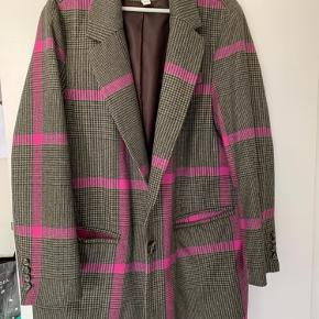 Overvejer at sælge den her virkelig flotte blazer jakke fra H&M den er næsten ikke brugt så den er i virkelig fin stand    Bytter ikke