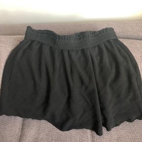 """Fin nederdel i str. 36 men som også kan passe en str. 34.  Der er lommer i siderne og fin flæseelastikkant i taljen.  Købt på trendsales som """"næsten som ny"""" og har brugt den en gang. Den er desværre lidt for lille til mig (jeg er str. 36-38)"""