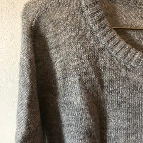 Sølv grå striktrøje fra Vero Mode  Str. S   Glimmersølvtråd i selve strikken som ses når lyset falder på trøjen.   Ikke så tyk, så kan sagtens bruges til hverdag som almindelig bluse.   Kan sendes med DAO