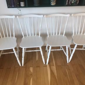 4 stk. flotte spisebordsstole fra Farstrup møbelfabrik. Stolene er malet hvide hos en autolakerer, og er derfor yderst holdbare i malingen. De har patina, men er flotte, og helt stabile i ryggen. Den ene har en lille revne, men er helt stabil. (Se billeder).   Kan evt. leveres efter aftale.  Sælges samlet.