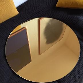 House doctor spejl i guld. Kostede 549 fra ny. Er 50 cm i diameter
