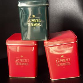 Sælger 2 røde (250 gram) samt lille grøn (100 gram)   De røde 25kr pr stk  Grøn 20 kr  Se mine andre annoncer med grønne store tedåser fra Perchs (250 gr)